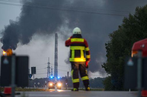 Die Feuerwehr ist mit rund 200 Kräften... Foto: dpa