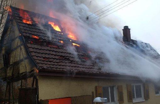 Im Ludwigsburger Stadtteil Neckarweihingen steht ein Wohnhaus hell in Flammen Foto: Andreas Rosar Fotoagentur-Stuttgart