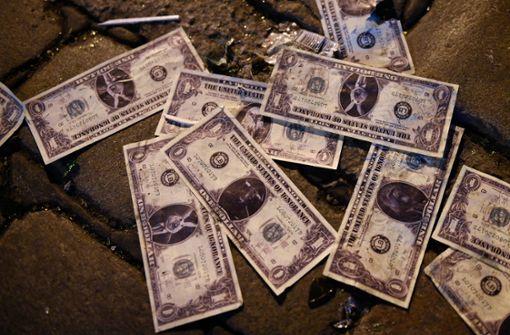 Geldtransporter verliert halbe Million Dollar – Autofahrer sammeln Scheine auf