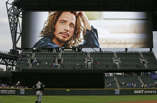 Im Baseball-Stadion von Seattle wurde vor einem Spiel dem Sänger gedacht. Foto: AP