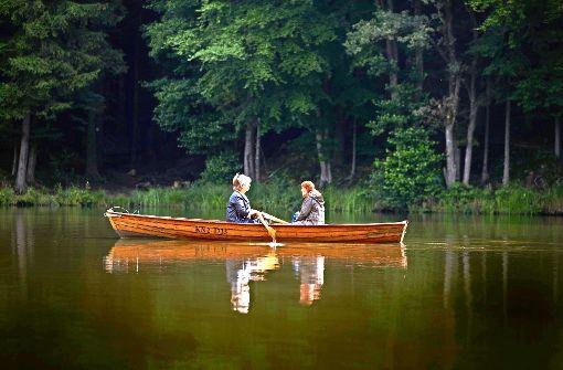 Christa Lang-Kemppel  (links) und Helga Lang  auf ihrem See, der eigentlich dem Badevergnügen dienen soll Foto: Gottfried Stoppel/Archiv
