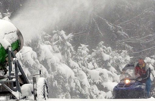 Schneemobil-Fahrer prallt gegen Baum