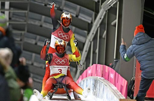 Riesenjubel über den Olympiasieg: Tobias Wendl (hinten) und Tobias Arlt. Foto: AFP