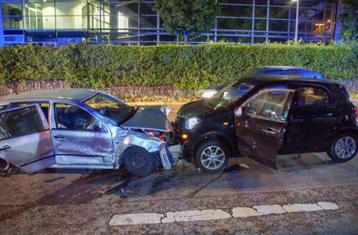 Bei dem Unfall in Stuttgart Degerloch wurde der Fahrer des Skoda vorsorglich in ein Krankenhaus gebracht. Foto: SDMG