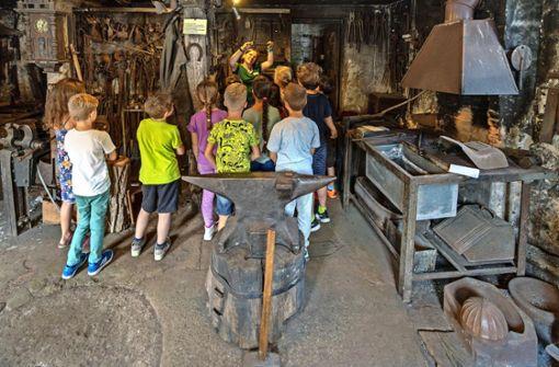 Kinder erleben bei Führungen die Magie eines alten Handwerks