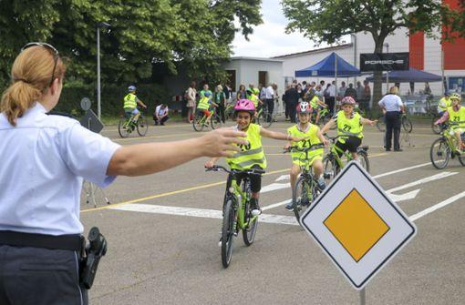 In der Jugendverkehrssschule wie hier in Ludwigsburg lernen Kinder, mit dem Fahrrad die Verkehrsregeln einzuhalten. Doch dafür müssen sie das Fahrradfahren zunächst einmal beherrschen. Foto: factum/Granville