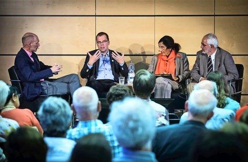 Willi Reiners befragt Jürgen Windeler, Else Heidemann und Hans Junkermann (von links)  zum Thema Krebsvorsorge. Foto: Lichtgut/Achim Zweygarth