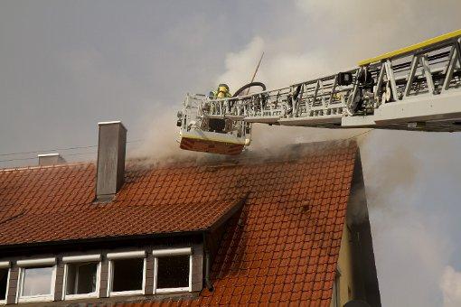 Auch auf den Dachstuhl des Hauses in Ludwigsburg griffen die Flammen über. Foto: www.7aktuell.de | Dan Becker