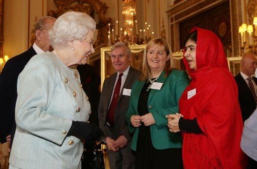Queen empfängt tapfere 16-Jährige