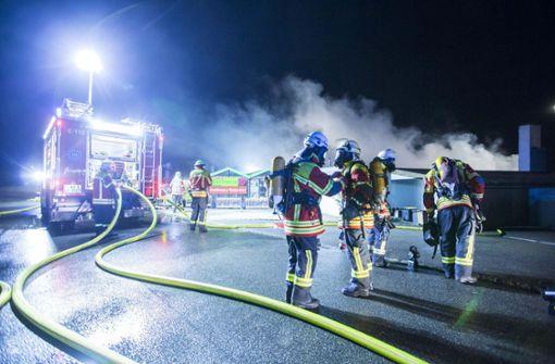 Die Gewächshäuser grenzen direkt aneinander. Als die Einsatzkräfte eintrafen, stand der Komplex fast vollständig in Flammen. Foto: 7aktuell.de/Simon Adomat