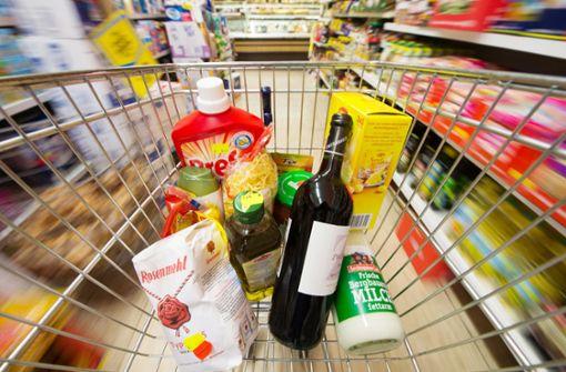 Eine Trickdiebin verwickelte zwei Seniorinnen beim Einkaufen in Bad Cannstatt in ein Gespräch. Ihr Komplize stahl deren Geldbeutel (Symbolfoto). Foto: dpa
