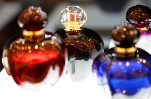 Parfümdieb verletzt eine Verkäuferin