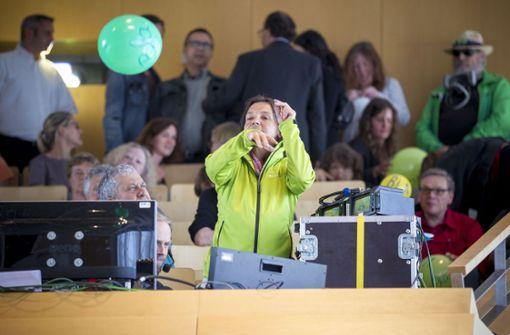 Mit Zwischenrufen, Luftballons und Papierfliegern haben einige Zuschauer ihren Unmut über die Wohnungspolitik in Stuttgart kundgetan. Foto: Lichtgut/Leif Piechowski
