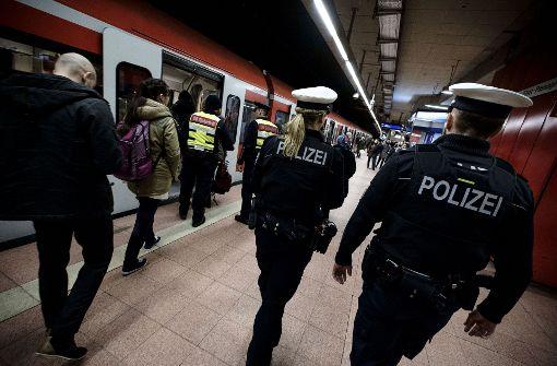 Unterwegs am S-Bahn-Halt Hauptbahnhof: Mehr Uniformen sollen für mehr Sicherheit sorgen. Foto: Lichtgut/Leif Piechowski