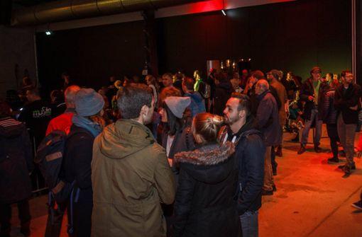 Besucher feiern Neueröffnung der Wagenhallen