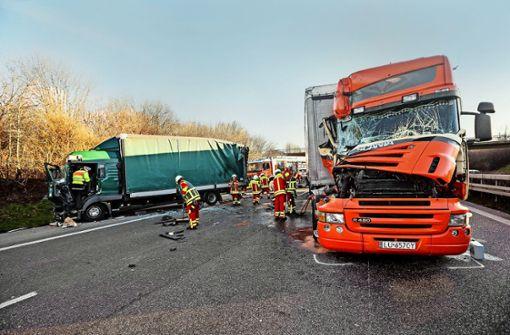 Am 13. Februar übersieht ein Lkw-Fahrer auf der A81 bei Ludwigsburg das Stau-Ende und kracht in den Lastwagen vor ihm. Dessen Fahrer wird  schwer verletzt. Foto: dpa