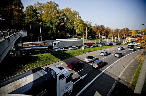 Hier am Neckar bei der Wilhelma trifft der neue Tunnel auf die B10 Foto: Piechowski