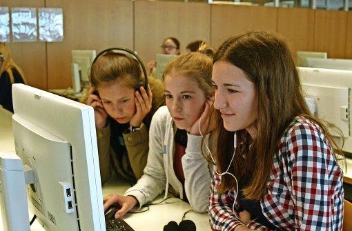 Die Neuntklässlerinnen Emely Bogusch, Kim Bödi und Lisa Martinewsky schneiden ihre Umfrage am Rechner. Foto: Rüdiger Ott