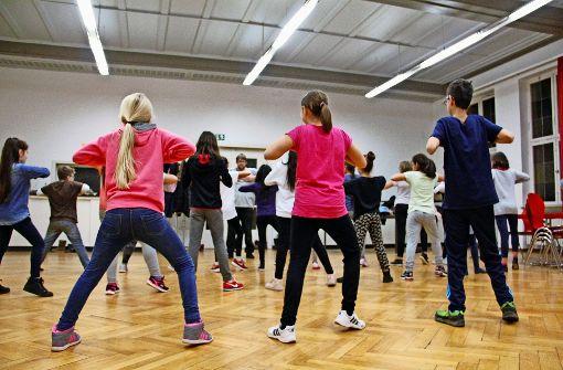 Übung macht den Meister: Gemeinsam wiederholen  die Mädchen und Jungen  die Choreografien ihres Tanzlehrers so lange, bis es bei jedem sitzt. Foto: Marta Popowska