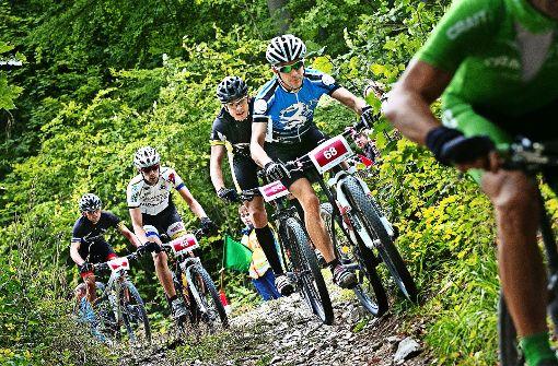 Die schmalen Wege  beim Gruibinger Albtraufmarathon erfordern von  den Mountainbikern    allerhöchste Konzentration     – ganz gleich,  in welcher Leistungsklasse. Foto: Rudel/Archiv
