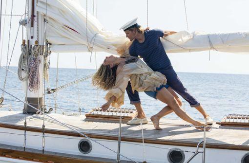 """Lily James und Josh Dylan tanzen zu """"Dancing Queen"""". Foto: Universal"""