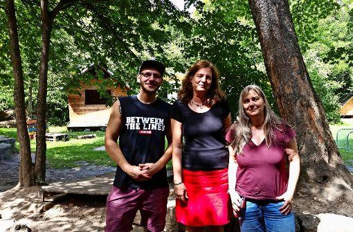 Moritz Kappler, Kathrin Schneider und Geli Braun (von links) kümmern sich um den Abenteuerspielplatz. Foto: Nina Ayerle