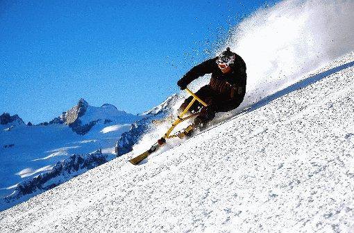 Mit Schwung in die Kurven legen, dass der Schnee richtig staubt: Beim Snowbiken darf man nicht zimperlich sein. Foto: Brünjes