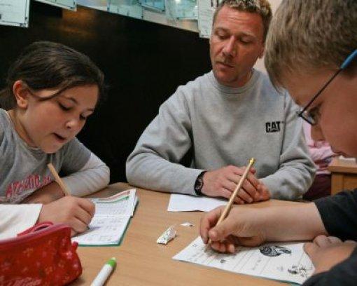 bPlus: Qualitätsoffensive Bildung/b. Von 2008 bis 2013 fließen zusätzlich 530 Millionen Euro in die Bildung. Damit wird unter anderem der Klassenteiler auf 28 Schüler gesenkt, Schulleitungen werden entlastet und die Hausaufgabenbetreuung an den Gymnasien bezahlt. Foto: dpa