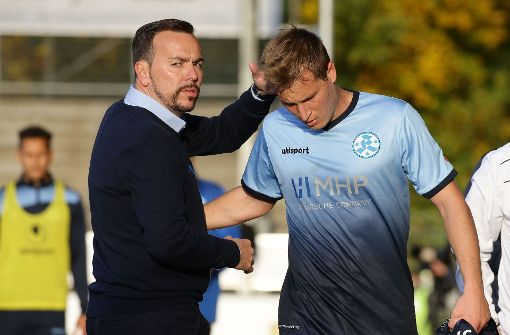 Zahlt das Vertrauen zurück: Sandro Abruscia (re.) wird von Trainer Paco Vaz für seine Leistung beglückwünscht. Foto: Baumann