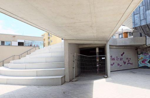Direkt neben der neuen Treppe hinter dem Gitter gibt es Graffiti-Schmierereien. Foto: Iris Frey
