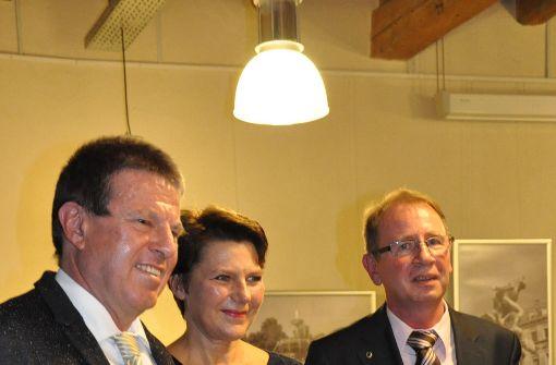 Hans-Peter Archner (links im Bild) und Petra Zundel gaben eine Liebeserklärung an ihre neue Wahlheimat ab, Andreas Lassak vom Bürgerverein applaudiert. Foto: Georg Linsenmann
