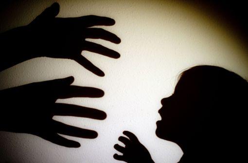 Es sind die spektakulären Fälle von Kindesmisshandlung, die Aufsehen erregen, wie etwa in Staufen oder in Korntal. Doch in Kliniken und Praxen werden Ärzte und Mitarbeiter häufig mit Verletzungen bei Kindern konfrontiert. Foto: dpa-Zentralbild