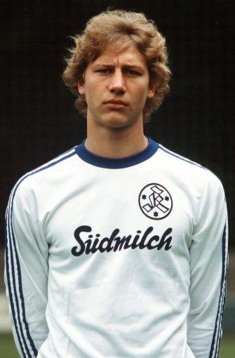 ... schließlich zu den Stuttgarter Kickers, mit denen er in der Saison 1978/79 Deutscher A-Jugendmeister wurde. Noch konnte niemand ahnen, dass eine beispiellose Fußballerkarriere vor dem gelernten Elektroinstallateur lag. Doch schon Mitte der 1970er Jahre zeichnete sich das überdurchschnittliche Talent des 1,88 Meter großen defensiven Mittelfeldspielers ab. Von 1979 bis 1983 schnürte Buchwald die Fußballschuhe für die erste Mannschaft der Kickers, die zu diesem Zeitpunkt in der 2. Bundesliga spielten. Schon bald ...br Foto: Pressefoto Baumann