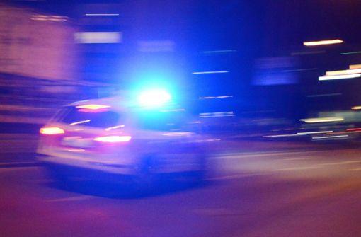 Gruppe tritt und schlägt auf Mann ein – schwere Kopfverletzungen