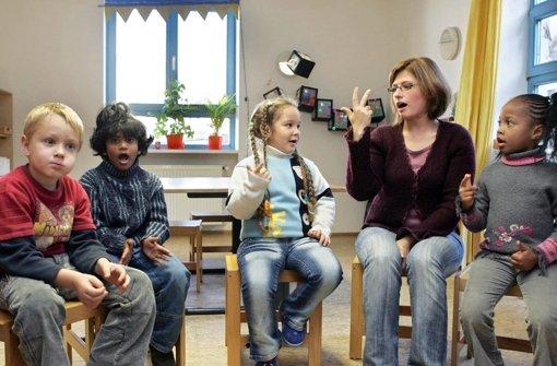 Migrantenkinder  aus verschiedenen Nationen lernen hier die deutsche Sprache. Foto: dpa