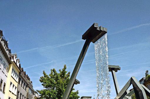 Produziert erträglichen Lärm: der Brunnen des Künstlers Robert Schad am  Marienplatz in Ravensburg Foto: franzfoto