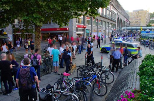 Vier Beamte seien gegen 19.15 Uhr auf Fußstreife unterwegs gewesen, als sie die achtköpfige Gruppe kontrollieren wollten. Foto: Andreas Rosar Fotoagentur-Stuttgart