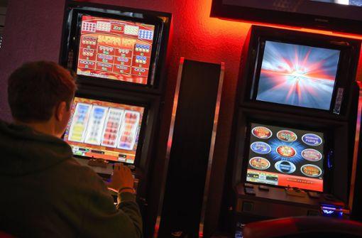 Bewaffnete überfallen Casino - Täter flüchtig