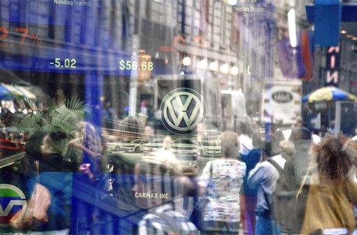 Der Wolfsburger Autokonzern Volkswagen muss im Zuge der Diesel-Affäre wohl noch tiefer in die Tasche greifen als bisher angenommen. Foto: dpa
