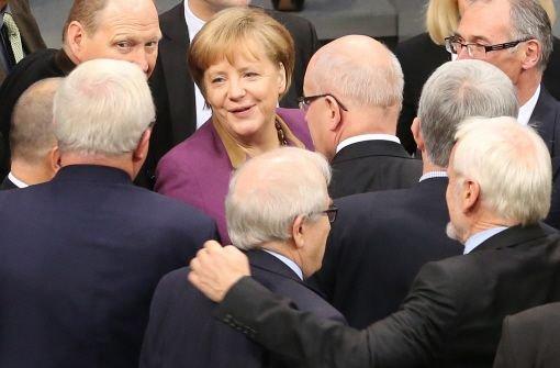 Abstimmung über Griechenlandhilfe: Bundeskanzlerin Angela Merkel und weitere Parlamentarier auf dem Weg zur Urne. Foto: dpa
