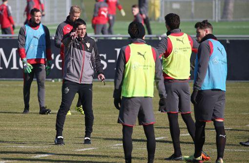 Trainer Tayfun Korkut und der VfB sind in die Vorbereitung auf den FC Augsburg gestartet. Foto: Pressefoto Baumann