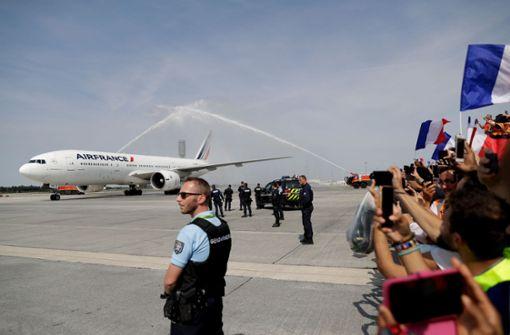 Das Flugzeug mit Trainer Didier Deschamps und den Spielern landete am Montagnachmittag mit Verspätung auf dem Pariser Flughafen Charles de Gaulle. Foto: AFP