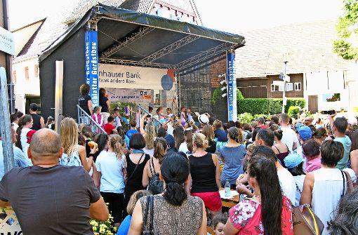 Beim Bärenfest in Bernhausen führen Kinder Tänze   auf der Bühne an der Bernhäuser Heugasse auf.  Foto: Götz Schultheiss