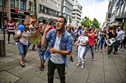Menschen in Stuttgart tanzen für die Freiheit