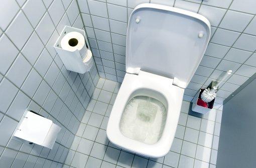 Lastwagenfahrer sitzt in Toilettenhäuschen fest