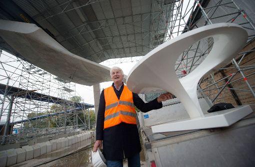 Christoph Ingenhoven vor dem Modell einer Kelchstütze. Foto: dpa