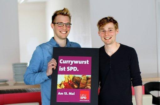 Jonathan Gauss (links) und Erik Flügge zeigen ihren siegreichen Plakatentwurf Foto: privat