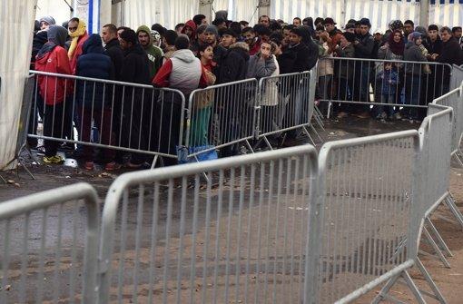 Die Schlangen werden kaum kürzer – wer die mannigfaltigen Kosten der Flüchtlingskrise bezahlen soll, ist offen. Foto: dpa