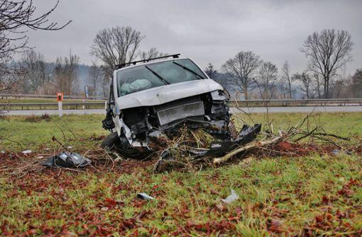 Ausfahrt verpasst – Autofahrer schanzt über Bach