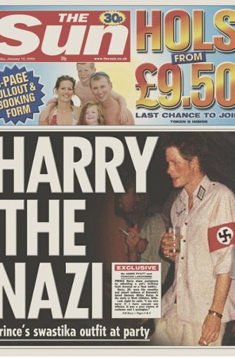 """Das ging nach hinten los: 2005 erschien Prinz Harry auf einer Kostümparty in diesem Outfit. Das öffentliche Echo hätte schlimmer kaum ausfallen können. """"Das Kostüm war eine schlechte Wahl und ich entschuldige mich"""", sagte Harry hinterher kleinlaut. Foto: AP"""